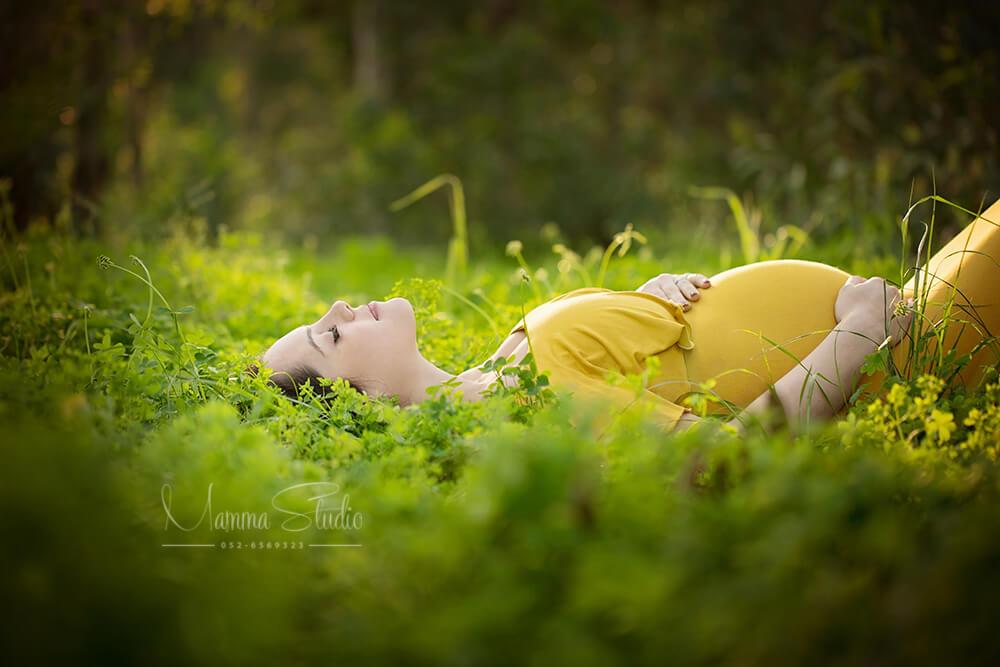 צילומי הריון בטבע עם תאורה טבעית, רכה ומחמיאה בשילוב שמלת הריון בצבעים מיוחדים