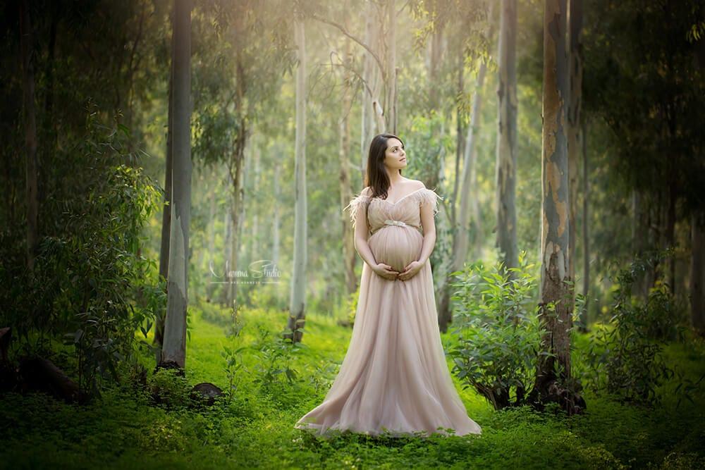צילומי הריון בטבע עם תאורה טבעית ושמלות הריון מיוחדות
