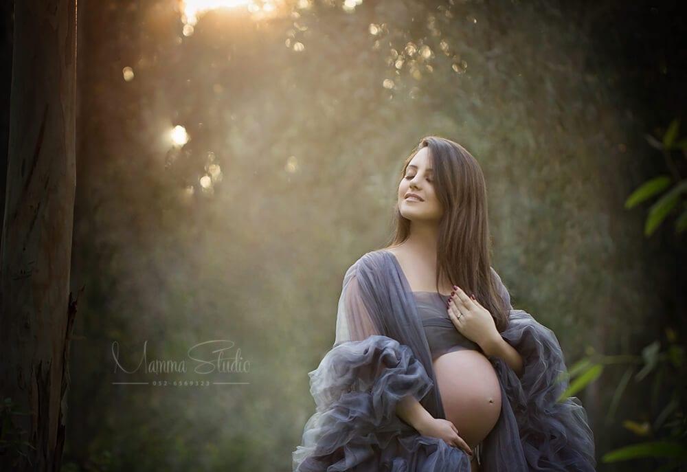 צילומי הריון בטבע עם תאורה טבעית ושמלות הריון מיוחדות בצבע כחול אפרפר